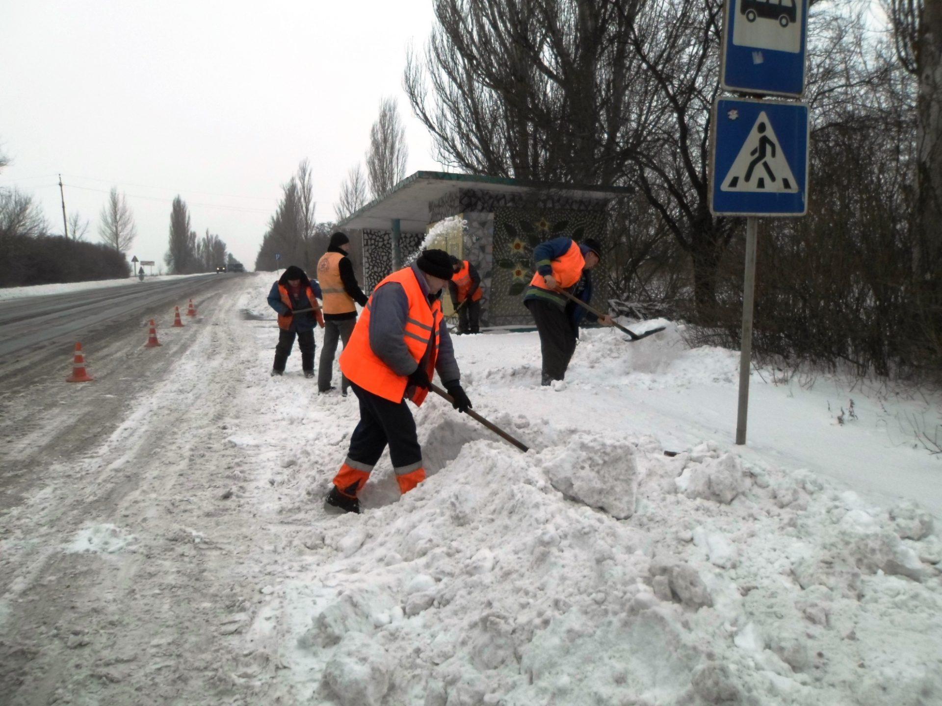 Без Купюр У Знам'янці до прибирання снігу залучили безробітних. ФОТО Життя  сніг Знам'янка безробітні