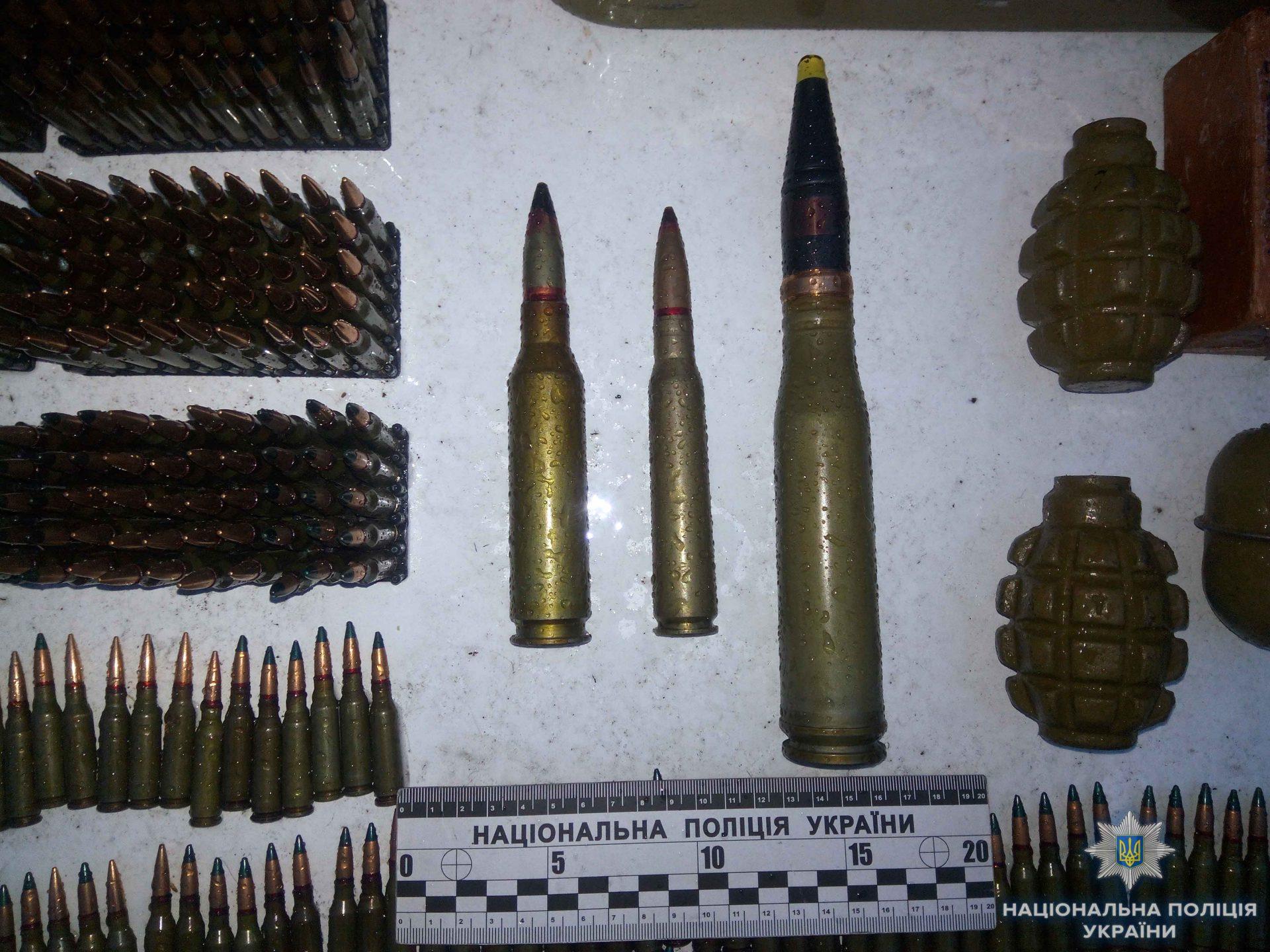 На Кіровоградщині викрили чоловіка, який мав великий арсенал боєприпасів та вибухівки. ФОТО 1