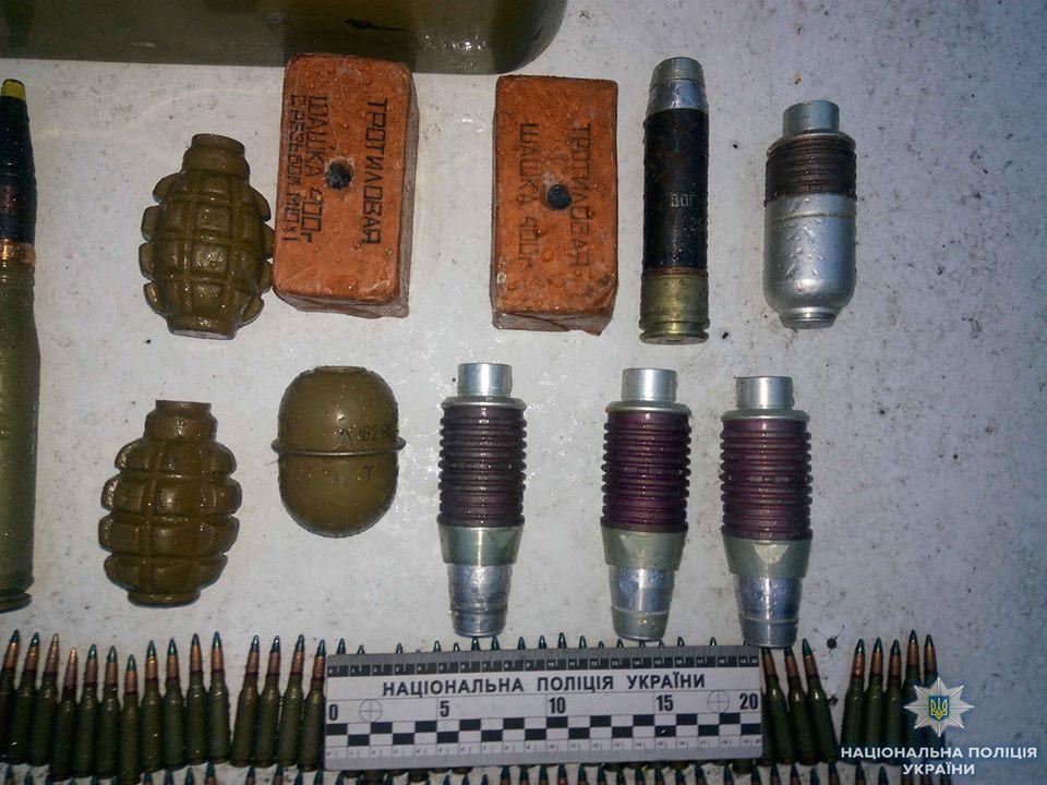 На Кіровоградщині викрили чоловіка, який мав великий арсенал боєприпасів та вибухівки. ФОТО 4