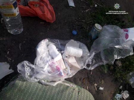 Патрульні затримали осіб, які варили серед вулиці наркотичну суміш. ФОТО