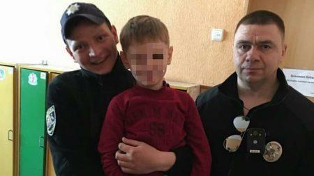 У Кропивницькому 5-річний малюк сам дістався дитсадка, поки його шукали батько й патрульні. ФОТО