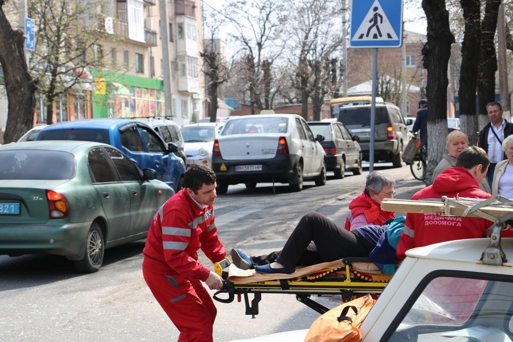 У Кропивницькому «Запорожець» в'їхав у «Lexus», постраждала пенсіонерка. ФОТО - 6 - Події - Без Купюр