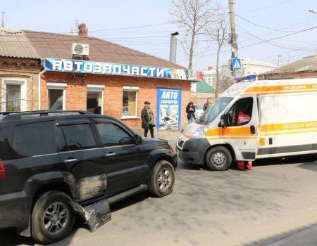 У Кропивницькому «Запорожець» в'їхав у «Lexus», постраждала пенсіонерка. ФОТО