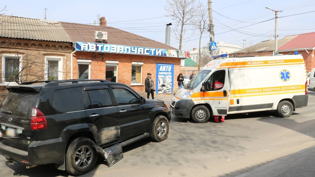 У Кропивницькому «Запорожець» в'їхав у «Lexus», постраждала пенсіонерка. ФОТО - 1 - Події - Без Купюр