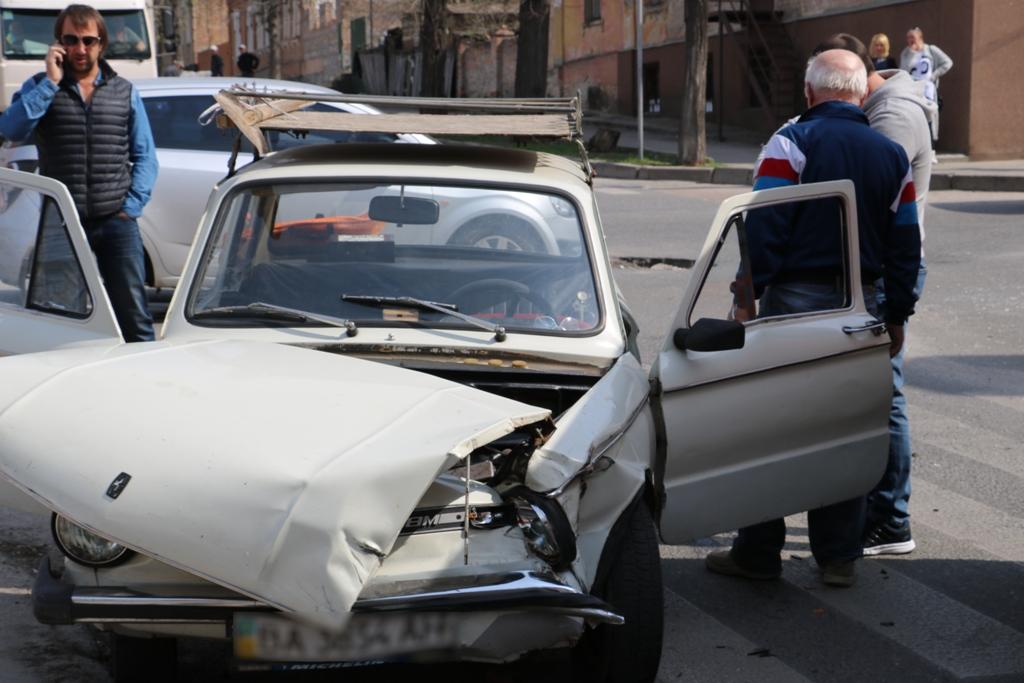 У Кропивницькому «Запорожець» в'їхав у «Lexus», постраждала пенсіонерка. ФОТО - 7 - Події - Без Купюр