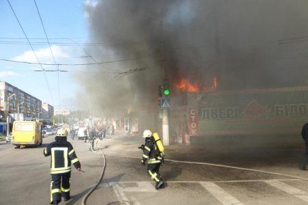 """Пожежу на ринку """"Босфор"""" загасили, згоріло майно трьох підприємців. ФОТО. ВІДЕО"""