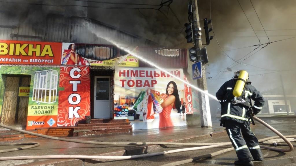 """Без Купюр Пожежу на ринку """"Босфор"""" загасили, згоріло майно трьох підприємців. ФОТО. ВІДЕО Головне  Юлія Мезенцеа Ринок Босфор потерпілі Кропивницький"""