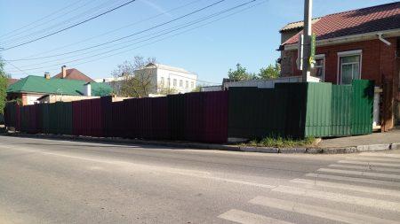 У Кропивницькому забудовники без дозволів перекрили прохід тротуаром. ФОТО