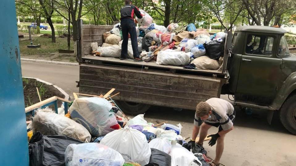 Без Купюр Активісти вивезли сміття з квартири хворої пенсіонерки, яке та збирала кількадесят років. ВІДЕО Життя  Кропивницький Дім Милосердя вивезли сміття