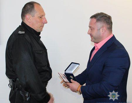 У Кропивницькому вручили відзнаку поліцейському, який виніс із вогню прикуту до ліжка людину. ФОТО