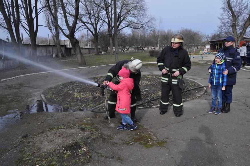 Без Купюр У Кропивницькому малюки вчилися гасити пожежу (ФОТО) Життя  пожежна безпека Кропивницький Акція