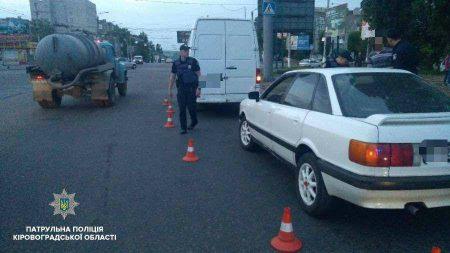У Кропивницькому п'яний водій мікроавтобуса чинив патрульним опір при затриманні. ФОТО. ВІДЕО