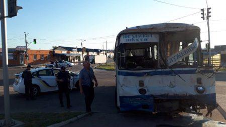 У Кропивницькому автобус, що перевозив гірників Інгульської шахти, потрапив у ДТП. ФОТО