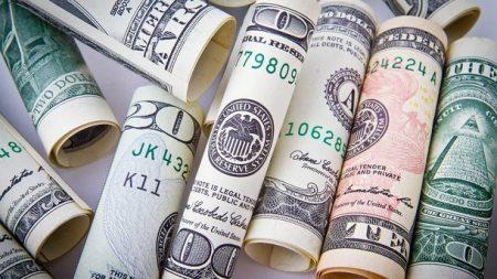 На Кіровоградщині оперуповноважений управління захисту економіки попався на хабарі в 20 тисяч доларів