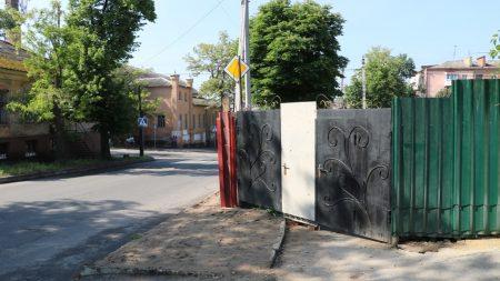 У Кропивницькому Спецінспекція склала протоколи на забудовницю, але паркан на тому ж місці