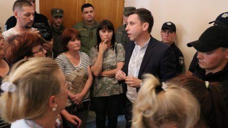 """У Кропивницькому жінки з дітьми, підприємство яких захопили рейдери, проводять акцію """"Голодні діти"""". ФОТО"""