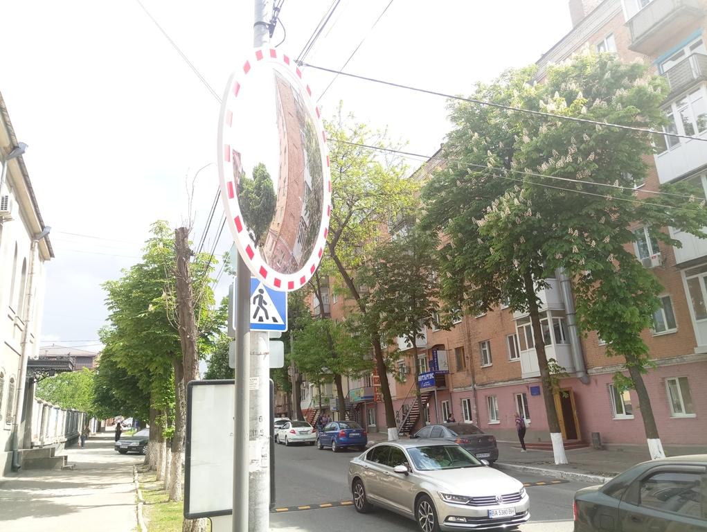 Без Купюр У Кропивницькому встановили дорожнє дзеркало. ФОТО За кермом  Кропивницький дорожнє дзеркало