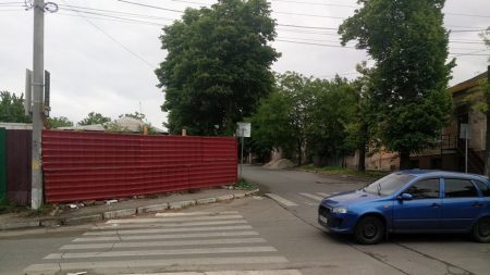 У Кропивницькому забудовник перегородив тротуар. ФОТО