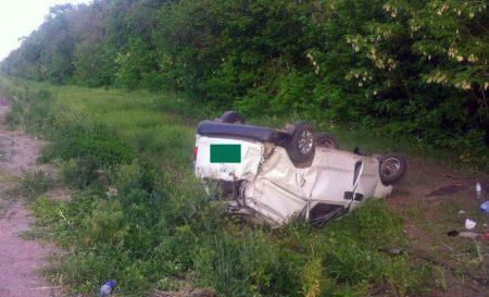 На Кіровоградщині автівка з 6 людьми у салоні вилетіла в кювет і перекинулась. ФОТО