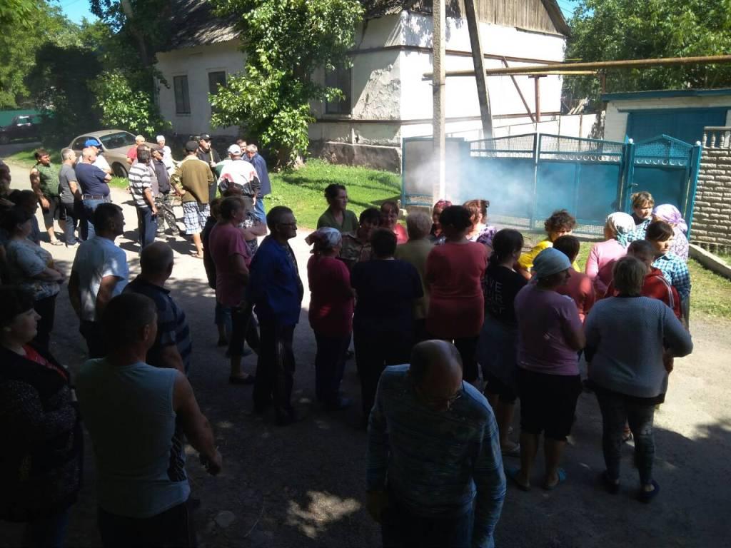 У Луганці на Кіровоградщині, де рейдери захопили агропідприємство, палять шини. ФОТО