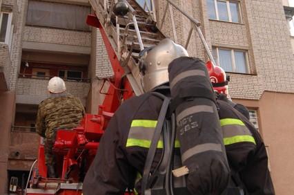 Рятувальники діставалися по драбині в квартиру на третьому поверсі 78-річної бабусі