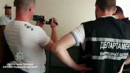 Чоловіка, який намагався підкупити посадовця Патрульної поліції, затримали в Кропивницькому