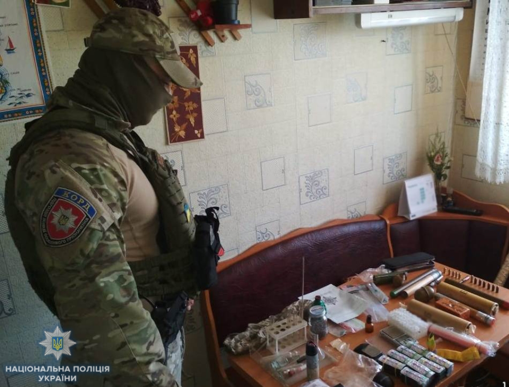 Без Купюр У жителя Кропивницького знайшли вибухівку та наркотики, які він зберігав для власного вживання.ФОТО Кримінал  поліція наркотики Кропивницький вибухівка