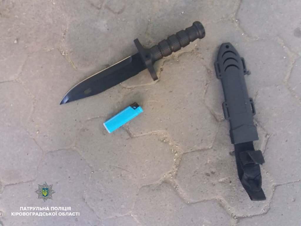 Без Купюр Патрульні затримала чоловіка, який ймовірно вдарив іншого ножем.ФОТО Кримінал  холодна зброя Патрульна поліція Кіровоградщина злочин