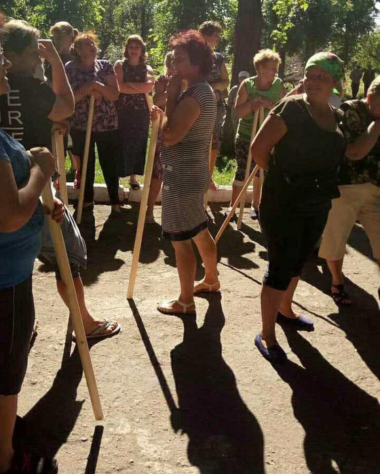 У Луганці, де агропідприємство атакують рейдери, селяни забарикадувались з допомогою вантажівок. ФОТО