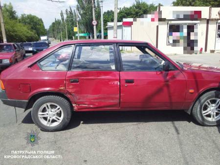 У Кропивницькому при зіткненні двох автомобілів постраждало двоє людей. ФОТО