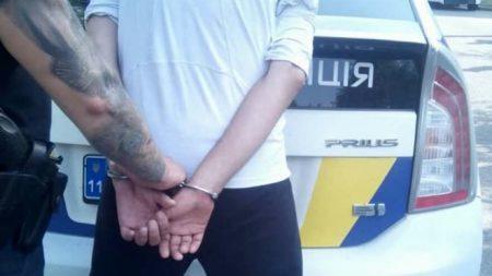 Патрульні спіймали чоловіка, який  зірвав із жительки Кропивницького золотий ланцюжок і втік. ФОТО
