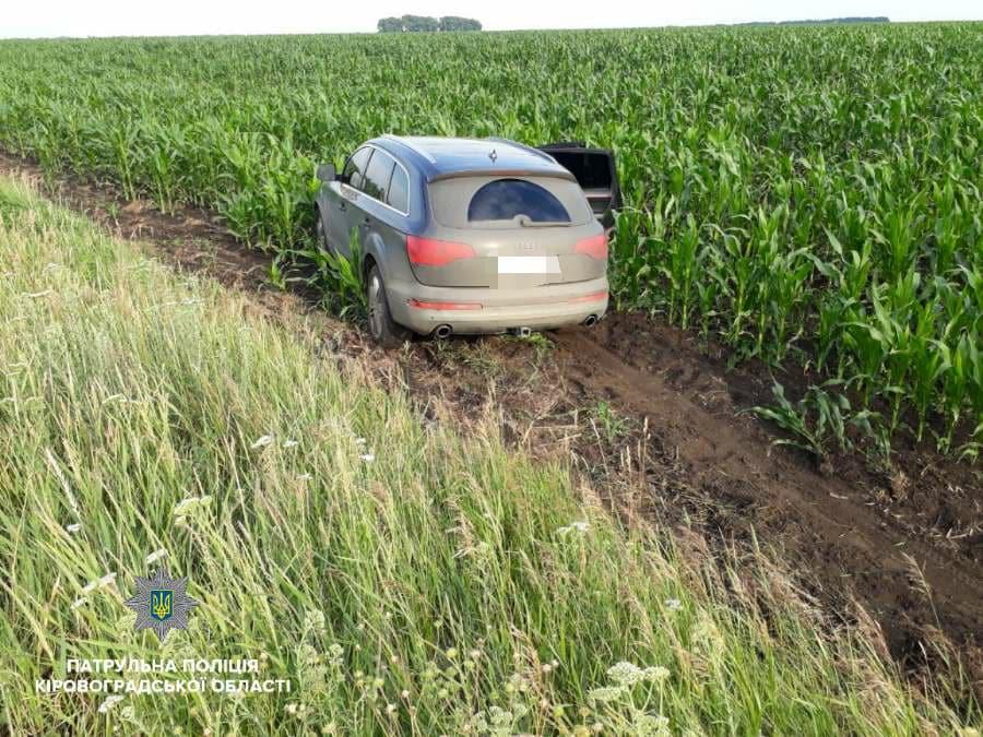 На Кіровоградщині учасники ДТП залишили автівку в полі з кукурудзою і намагалися втекти. ФОТО