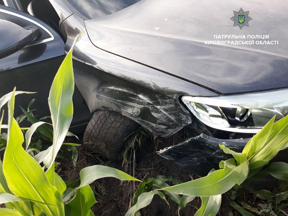 На Кіровоградщині учасники ДТП залишили автівку в полі з кукурудзою і намагалися втекти. ФОТО - 2 - Події - Без Купюр