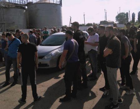 Тітушки, які атакували агропідприємство на Кіровоградщині, «засвітилися» на Братському заводі. ФОТО, ВІДЕО