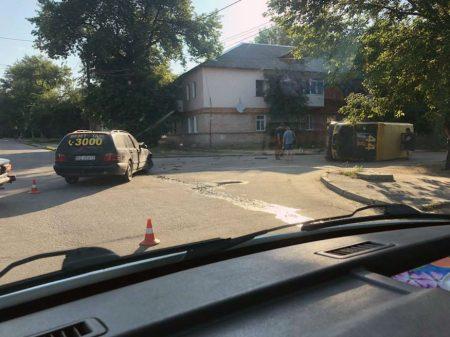 У Кропивницькому від зіткнення з Mercedes перекинулась маршрутка. ФОТО