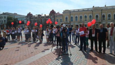 Кропивничани  в День Конституції вийшли на акцію за права та свободу  земляків-військовополонених. ФОТО