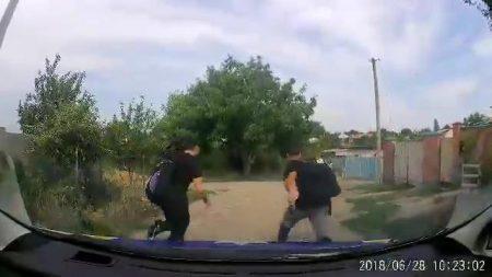 """У Кропивницькому затримали озброєного чоловіка, який з товаришем """"чергував"""" під чужим будинком. ВІДЕО"""