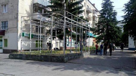На газоні біля «Мелодії» у Кропивницькому встановлюють МАФ «Ятрань»