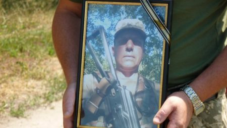 В Олександрії поховали учасника АТО, який пішов з життя у військовій частині на Чернігівщині. ФОТО