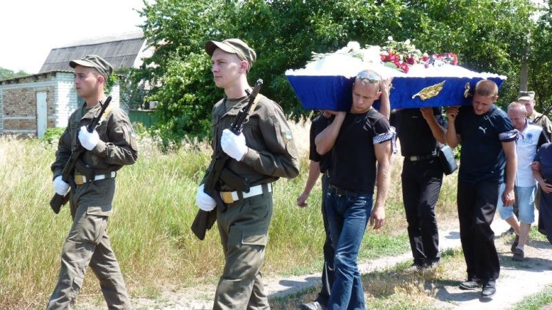 Без Купюр В Олександрії поховали учасника АТО, який пішов з життя у військовій частині на Чернігівщині. ФОТО Кримінал  самогубство Олександрія військові