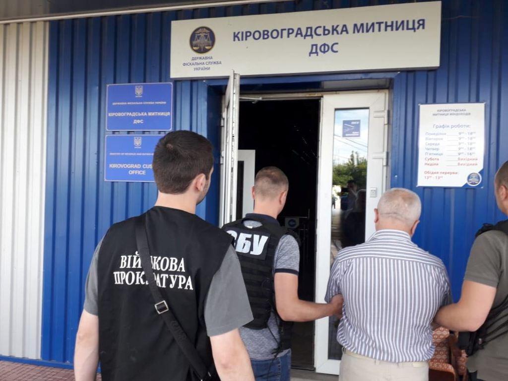 Без Купюр У Кропивницькому за підозрою в отриманні хабара затримали митного брокера. ФОТО Корупція  хабар розмитнення авто митний брокер Кропивницький