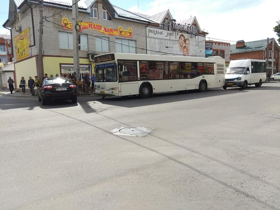 Без Купюр У Кропивницькому трапилася ДТП за участі автівки, автобусу й маршрутки. ФОТО Події  рено Патрульна поліція маршрутне таксі Кропивницький ДТП автобус