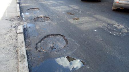 У Кропивницькому під час ремонту вулиці люки «закатали» в асфальт. ФОТО