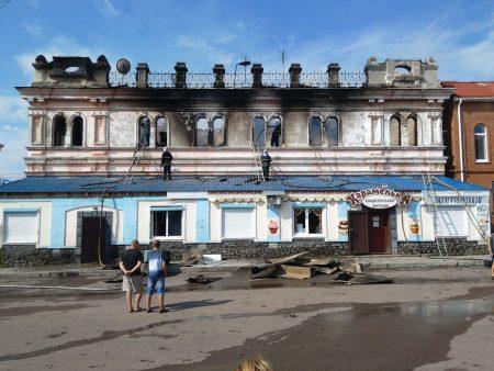 У Бобринці вщент згоріла історична будівля в центрі міста, поруч із пожежною частиною. ФОТО