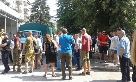 """У Кропивницькому учасники АТО хочуть демонтувати магазин """"Ятрань"""", що встановлюють на клумбі. ФОТО"""