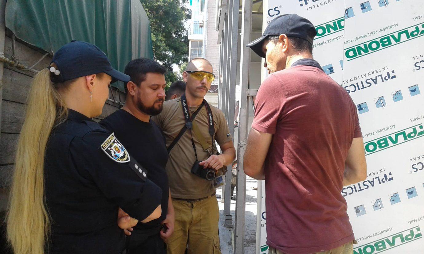 """У Кропивницькому учасники АТО хочуть демонтувати магазин """"Ятрань"""", що встановлюють на клумбі. ФОТО 1"""