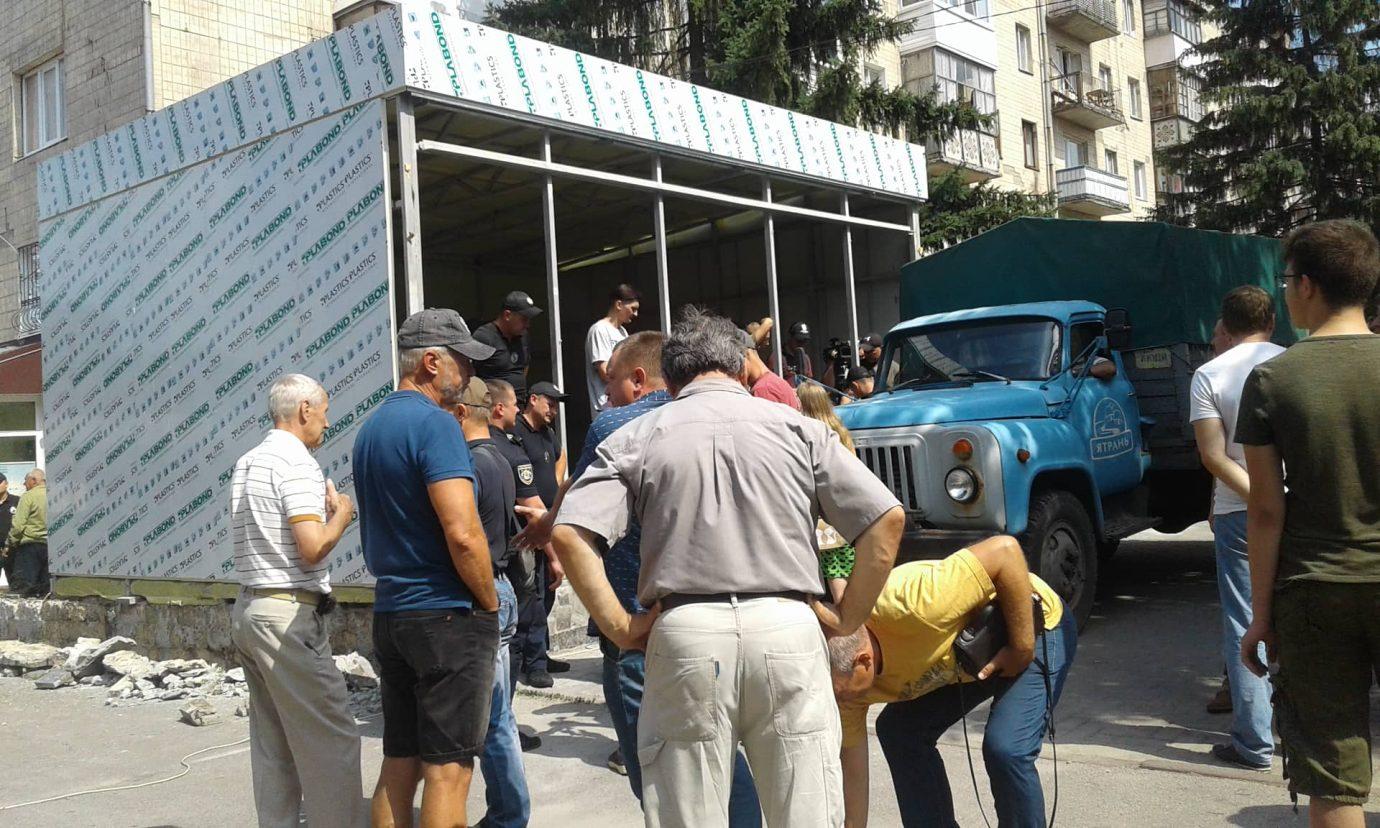 """У Кропивницькому учасники АТО хочуть демонтувати магазин """"Ятрань"""", що встановлюють на клумбі. ФОТО 2"""
