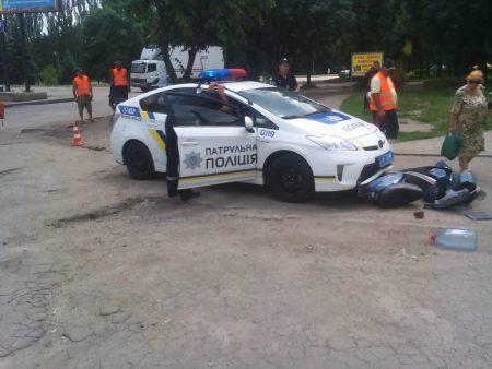 У Кропивницькому сталася ДТП за участі автомобіля патрульної поліції та скутера. ФОТО