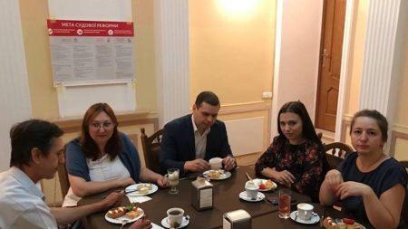 Для кропивницьких журналістів запровадили сніданки з суддями. ФОТО