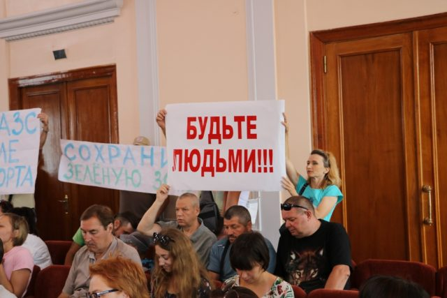 Депутатів закликали не підтримувати будівництво заправки біля аеропорту в Кропивницькому. ФОТО
